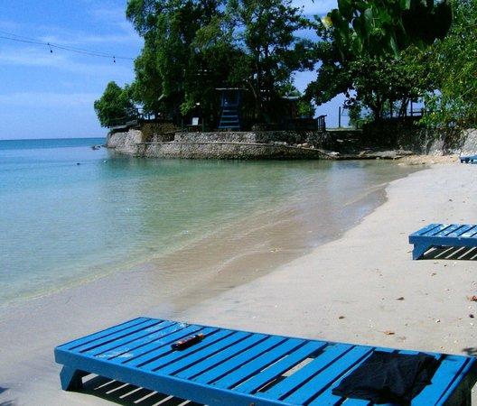 James Bond Beach :                   plenty free chairs