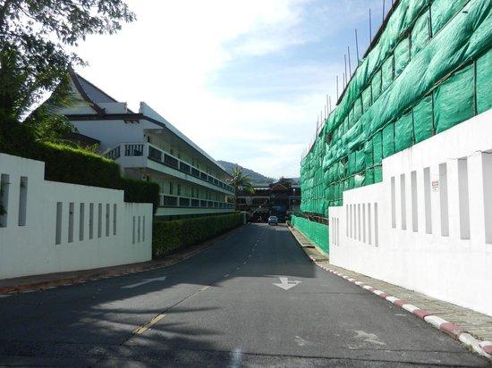 センタラ カタ リゾート プーケット,                   隣の建物は解体工事中(朝晩うるさい。日中静か)