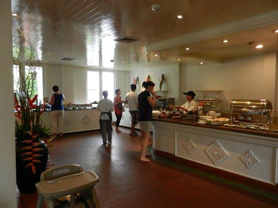 Centara Kata Resort Phuket:                   朝食ブッフェ。外席の方が気持ちいい
