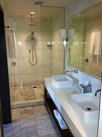 أنداز نابا - إيه كونسيبت باي حياة: Very large bathroom with rain head shower in Andaz Large Loft Room #414