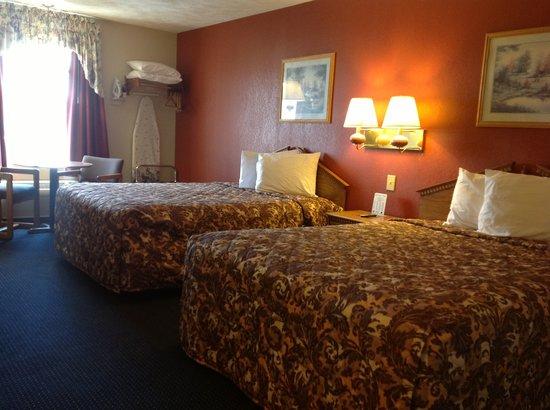 Victorian Inn: Double Queen Bed