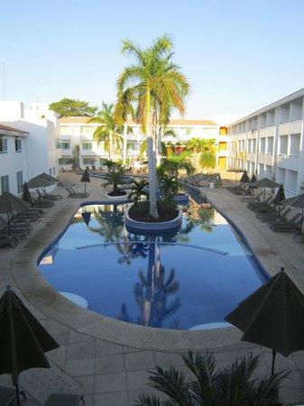 La Isla Huatulco & Beach Club:                   Alberca desde habitación II al amanecer