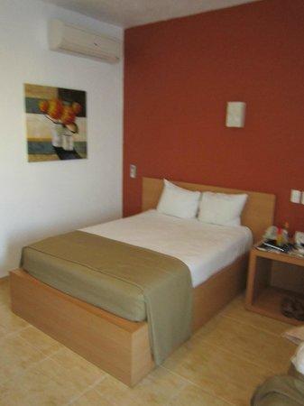 La Isla Huatulco & Beach Club:                   Parte de la agradable habitación con una buena pintura