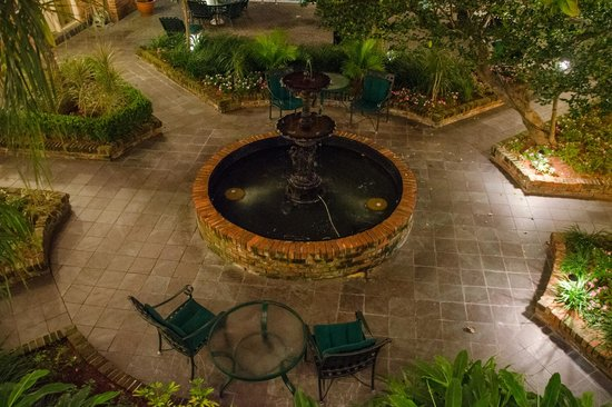 Best Western Plus French Quarter Landmark Hotel :                   Courtyard at night