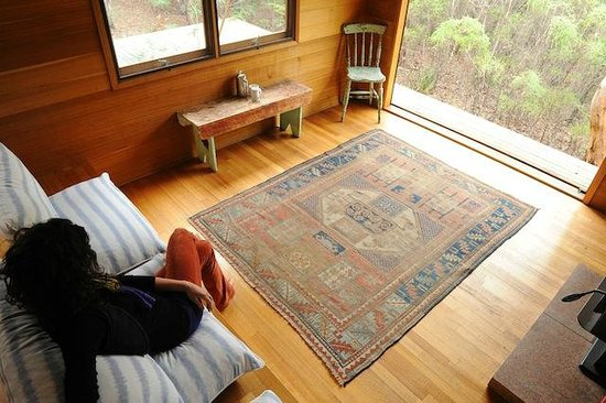 Freycinet Experience Walk Friendly Beaches Lodge: Relaxing in the sleeping lodges lounge room