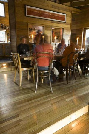 Freycinet Experience Walk Friendly Beaches Lodge: Relaxing with fine food and company