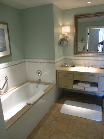 Terranea Resort: Includes both bath tub and a shower enclosure
