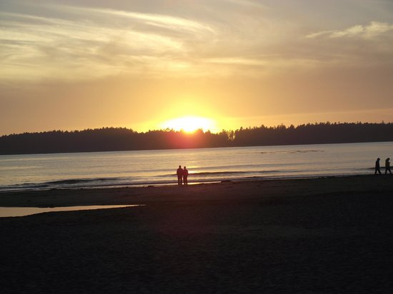 Best Western Tin Wis Resort:                   Sunset from resort beach
