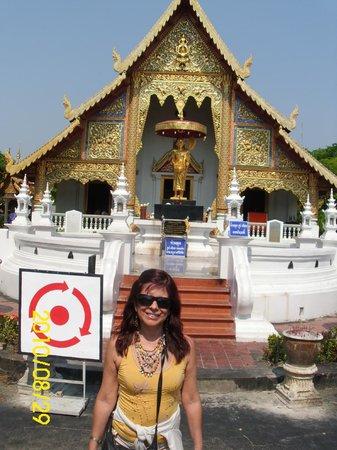 Wat Phra Singh: La Entrada al Templo