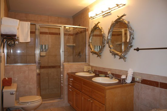 Inn on the Creek: Swan Master King Bathroom