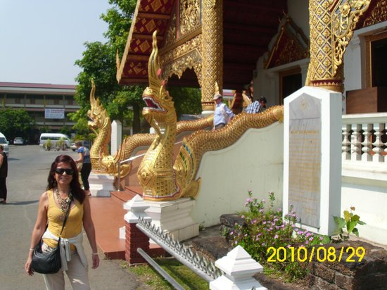 Wat Phra Singh: Los dragones de la parte lateral