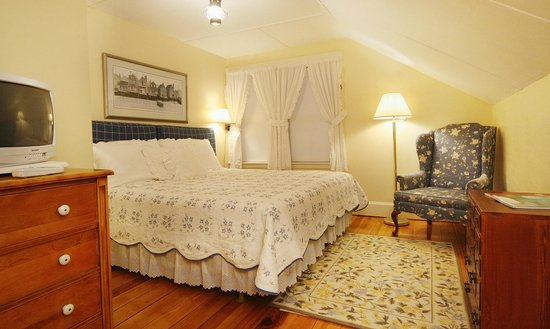 The Carlisle House Inn: Miacomet King Room (can also be made up as two twins) with Private Bath