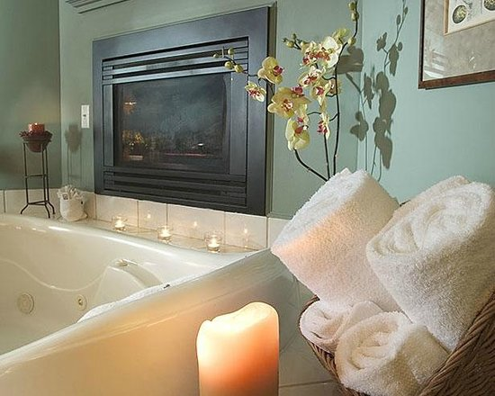 Inn on the Creek: Jacuzzi Fireplace