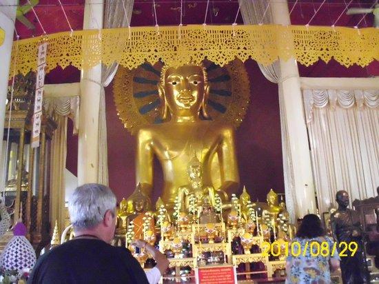 Wat Phra Singh: Buda en posición sentado