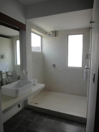 Central Prestige D'Angkor:                   Bathroom is without a door, but curtains are there