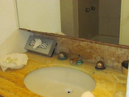 Hotel Fontan Ixtapa:                   rusted sink taps