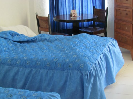 Hotel Fontan Ixtapa:                   double beds with dated bedding