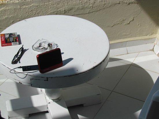 Hotel Fontan Ixtapa:                   beat up patio table