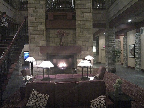DoubleTree Fallsview Resort & Spa by Hilton - Niagara Falls :                   View of Fire Place in lobby opposite main entrance