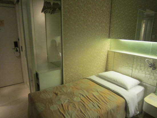 Silka Seaview Hotel:                   透明玻璃內為衣櫃 下方為保險箱和冰箱
