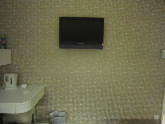 Silka Seaview Hotel:                   電視(有東森新聞)和小桌子