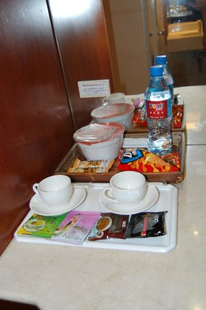 YoMi Hotel: free food in room everyday!