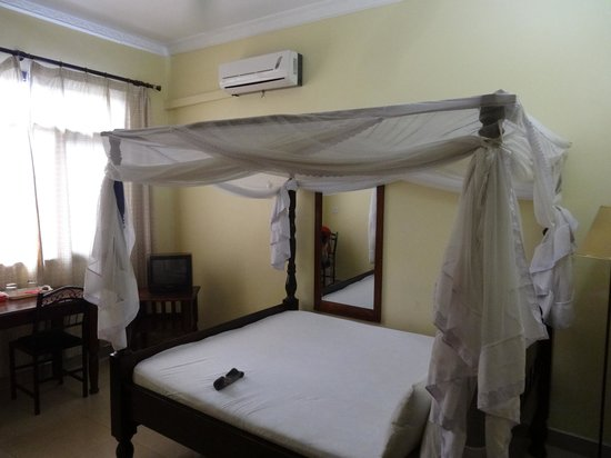 Transit Motel Airport: Good quality mosquito nets, aircon and fan, desk and internet available in rooms
