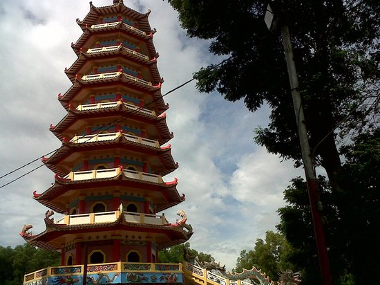 Palembang, Indonesien:                   The Pagoda from distance