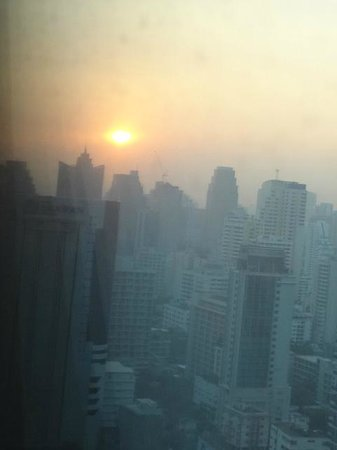 The Okura Prestige Bangkok:                   部屋から望む朝日