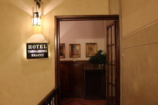 Hotel Tornabuoni Beacci:                   ホテル内部の入口