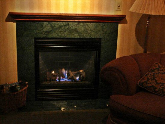 Pike's Waterfront Lodge: Fireside Room