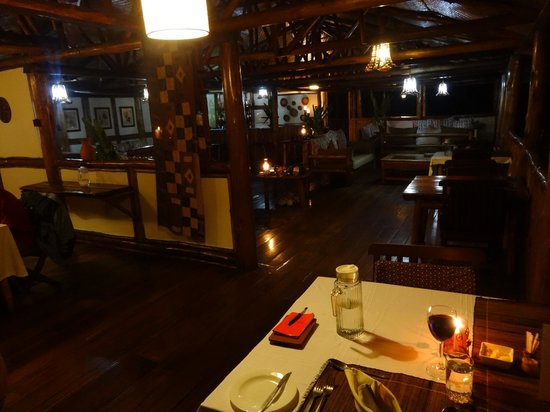 Buhoma Lodge : Main hut where you can have a drink at the bar, eat dinner, chill out with a book...