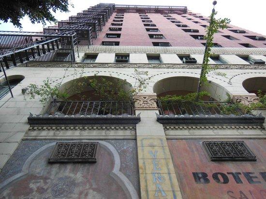 Hotel Figueroa:                   大きなホテルです