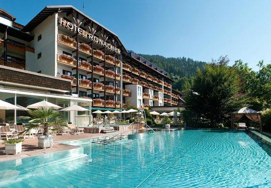 Das Ronacher - Therme & Spa Resort: Hotelansicht Sommer