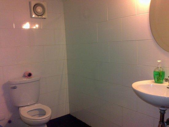 Velkommen Guesthouse: clean bathroom