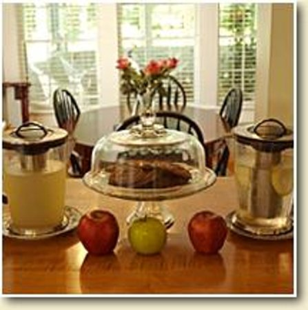 Garden Gables Inn: Guest pantry with beverages, fruit, fresh-baked cookies