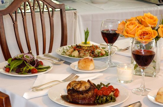 Garden Gables Inn: Gourmet dinners prepared in the summer