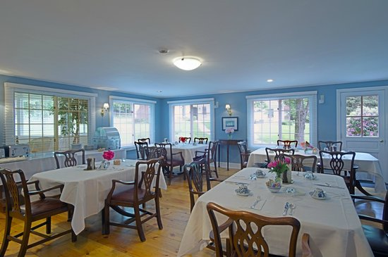 Garden Gables Inn: Dining room, private seating (additional seating in the sun room)