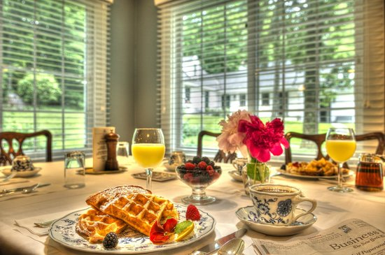 Garden Gables Inn : Complimentary breakfast, buffet plus cooked to order specialties