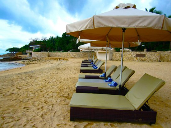 Misibis Bay Resort:                   sun loungers by the beach