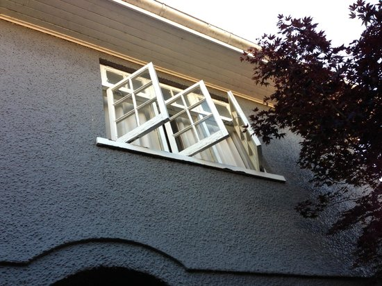 Princes Gate Hotel:                   Badly deteriorated exterior decor