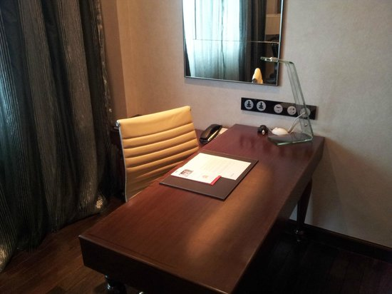 Movenpick Hotel Hanoi: Writing table with wired and wireless internet connection