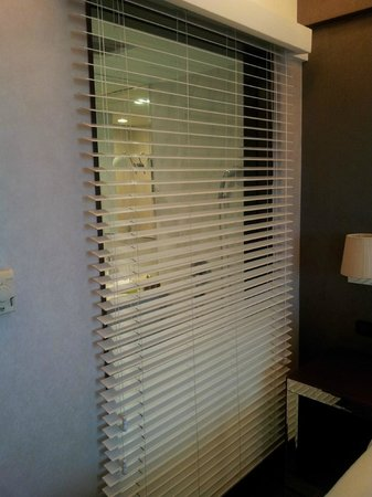 Movenpick Hotel Hanoi: Blinds overlooking the bathroom inside
