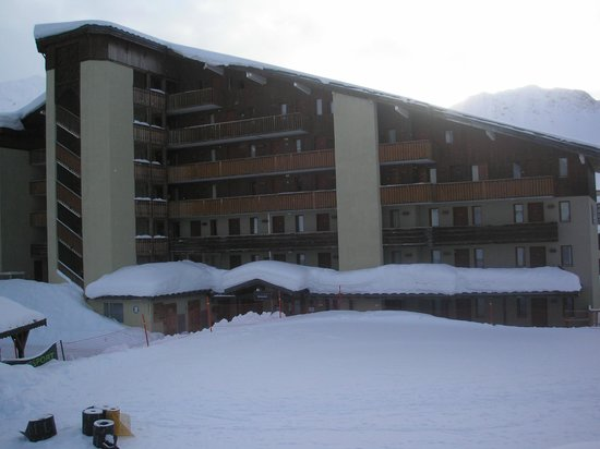 Pierre & Vacances Résidence Le Mont Soleil :                   The front of the hotel, looking on to the piste