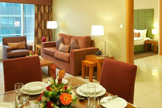Al Salam Hotel Suites: Living room / Dining area
