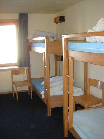 St. Moritz Youth Hostel:                   dettaglio stanza