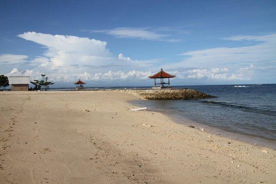 Ibis Styles Bali Benoa:                   Пляж близь отеля