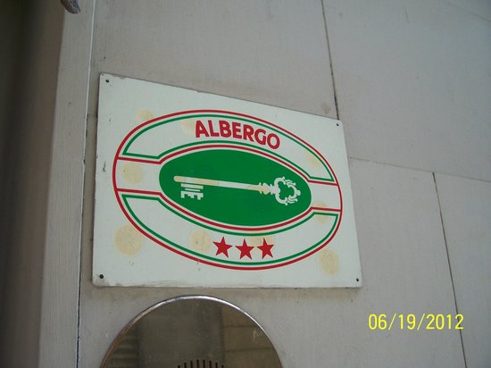 Globus Hotel: Sign saying Albergo, not a Hotel