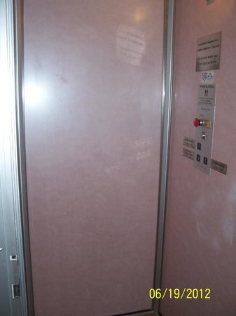 Hotel Globus: 2-person VERY SLOW elevator