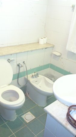 Rush Inn :                   bathroom